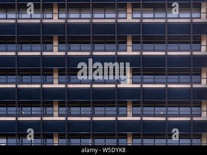 Urban abstract - fenêtre façade d'immeuble de bureaux centre d'affaires avec des reflets et couleurs. Philadelphia PA USA Banque D'Images