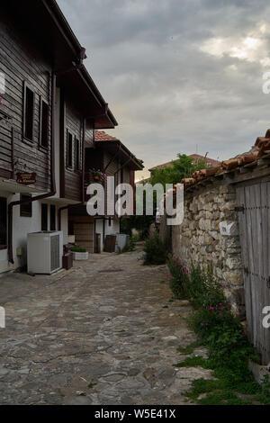 NESSEBAR, Bulgarie - 22 juin 2019: rues étroites de la vieille ville de bord de mer. Tôt le matin.