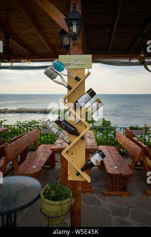 NESSEBAR, Bulgarie - 22 juin 2019: Fragment de l'intérieur de la zone côtière de café.