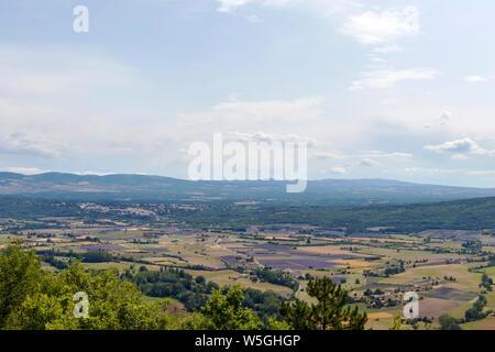 Monts de Vaucluse: Arrière-plan avec vue aérienne sur les champs de lavande qui entourent les villages perchés du Pays de Sault, Aurel et Ferrassieres