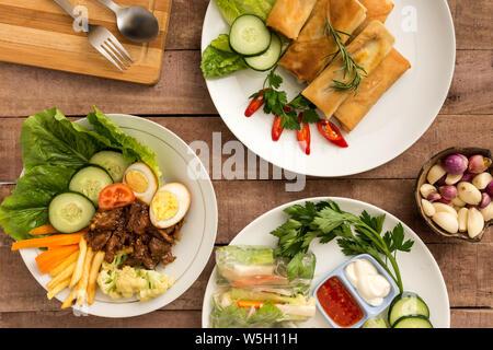 Rouleaux de printemps style asiatique avec un mélange de légumes et boeuf Satay sur table - plat food concept de droit Banque D'Images