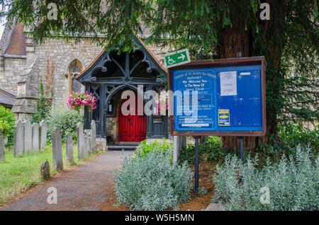 Entrée de l'église St Mary vierge à Datchet, Berkshire, Royaume-Uni Banque D'Images