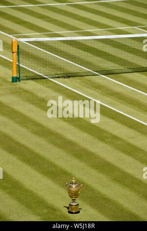 Le Gentlemen's des célibataires Trophy sur le Court central du tournoi de Wimbledon Banque D'Images