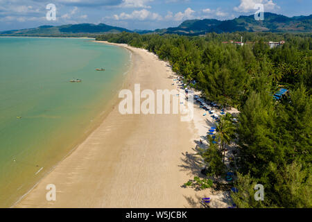Vue aérienne d'un quartier calme de drone, Sandy tropical beach (plage de cocotiers, Khao Lak, Thaïlande)