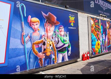 """Hong Kong -Juillet 26, 2019: Disney et Pixar's """"Toy Story 4"""" film toile affichage avec les personnages de dessins animés dans l'activité d'exposition Harbour City,Tsim Sha"""
