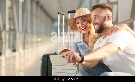 Heureux couple en selfies aéroport, copy space Banque D'Images