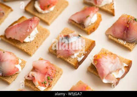 Le maquereau fumé en tranches, ou saumon fumé, servi sur pain de seigle avec du fromage à la crème. Gravlax est d'origine nordique et il y a beaucoup de différentes recettes utilisées fo Banque D'Images