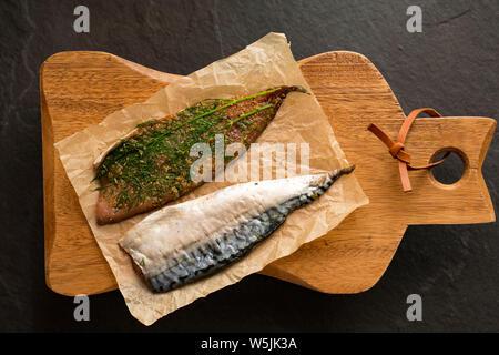 Filets de maquereau cru entier qui ont été utilisées pour faire, ou gravlax de saumon fumé. Ils ont été guéris à l'aide de sel, poivre noir, piment de sol brun, su Banque D'Images