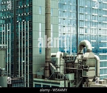 Toits industriels sur les tours de bureaux à Seattle Banque D'Images
