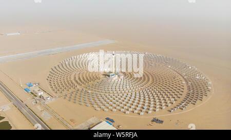 --FILE--Vue aérienne du sel fondu de 100 mégawatts d'énergie solaire énergie solaire à concentration (CSP) l'usine à Dunhuang, ville du nord-ouest de la Chine Gansu provinc Banque D'Images