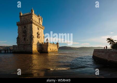 Lisbonne, Portugal. Le 16e siècle Torre de Belem. La tour est un exemple important de l'architecture manuéline et site du patrimoine mondial de l'UNESCO. Banque D'Images