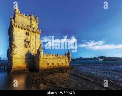 Lisbonne, Portugal. Bateau de croisière derrière le 16e siècle Torre de Belem. La tour est un exemple important de l'architecture manuéline et un monde de l'UNESCO Banque D'Images