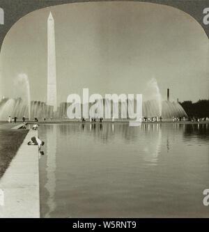 Beauté éthérée du Washington Monument en miroir dans le bassin réfléchissant, Washington, D.C. en 1928. Le Washington Monument est un obélisque sur le National Mall à Washington, D.C., construit pour commémorer George Washington, une fois que le commandant en chef de l'armée continentale et le premier président des États-Unis. Banque D'Images