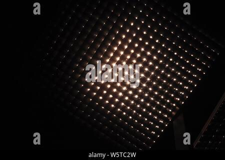 Réflecteur lampe cellulaire carré, comme une partie d'un système d'éclairage moderne. Résumé Contexte photo Banque D'Images