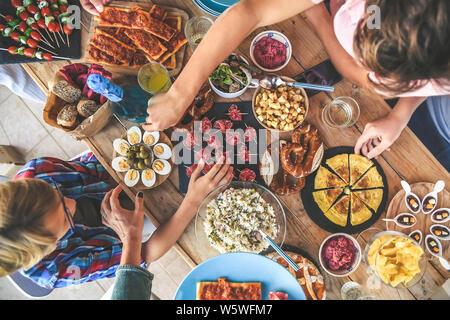 Soirée avec un ami de dîner sur la terrasse bénéficiant d'ensemble. Apéritif d'été avec un groupe d'amis, de la joie et des festivités en famille vue depuis le haut de
