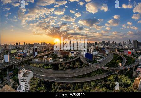 Bangkok sur l'heure du crépuscule du matin avec le trafic principal moyen élevé (retouche des images) Banque D'Images