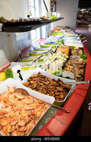 Buffet de fruits de mer se propager à l'intérieur du fumoir, Rogeri Hasle Hasle, Bornholm, la mer Baltique, Danemark, Europe Banque D'Images