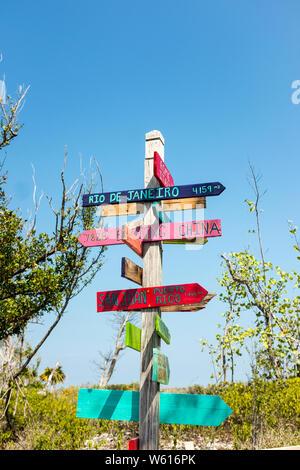 En bois coloré des flèches indiquant la direction et la distance de différentes villes à travers le monde à Bahia Honda State Park en Floride, USA Banque D'Images