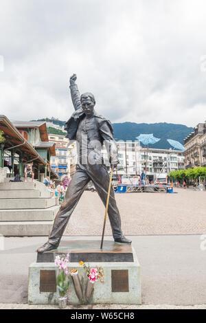 Célèbre statue de Freddie Mercury avec des fleurs sur la place du marché, face au lac de Genève (lac Léman), Montreux, Vaud, Suisse