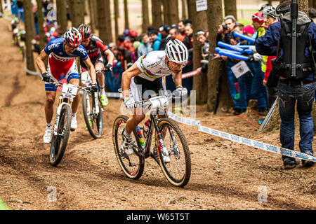 26 mai 2013 - Prix: à NOVE MESTO, en République tchèque. Nino Schurter menant à Julien Absalon le cross-country de vélo de montagne UCI Coupe du monde. Banque D'Images