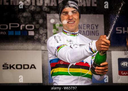 26 mai 2013 - Prix: à NOVE MESTO, en République tchèque. Nino Schurter célèbre remportant le cross-country de vélo de montagne UCI Coupe du monde. Banque D'Images