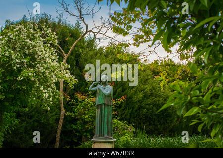 Statue de femme dans le jardin de la Villa Cimbrone à Ravello, côte amalfitaine, village de l'Italie Banque D'Images