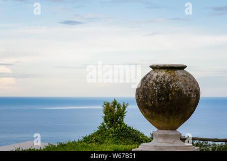 Pot de fleur dans le joli jardin de la Villa Cimbrone à Ravello, côte amalfitaine, village de l'Italie