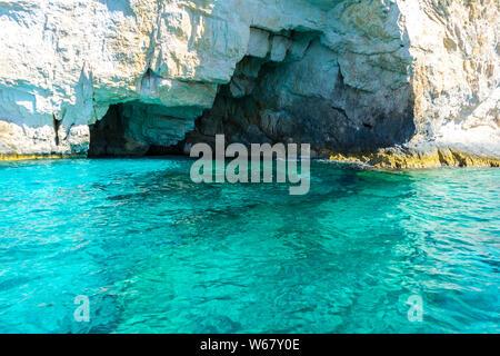 Grèce, Zante, l'eau turquoise de l'océan bleu clair à grottes de l'île de Zante Banque D'Images