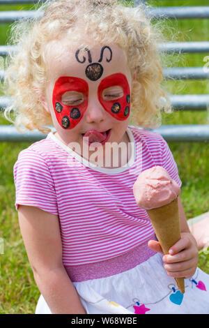 New Milton, Hampshire, Royaume-Uni. Le 31 juillet 2019. Des milliers troupeau au deuxième jour de la Nouvelle Forêt & Hampshire County Show. Quatre ans des jumeaux Rose et Robyn faites une pause pour savourer une glace. Credit: Carolyn Jenkins/Alamy Live News Banque D'Images
