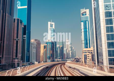 Le centre-ville de Dubaï avec des gratte-ciel modernes. L'architecture du futur avec metro train monorail Banque D'Images