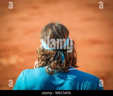 Vue arrière du joueur de tennis grec Stefanos Tsitsipas article en cour au cours Open de France 2019, Paris, France