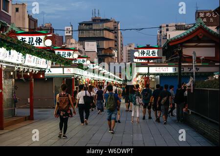 Les gens qui marchent dans le marché Nakamise près du temple Asakusa Banque D'Images