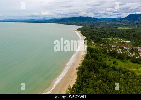 Vue aérienne d'une belle plage de sable tropicale, vide et palmiers (Coconut Beach, Khao Lak, Thaïlande)