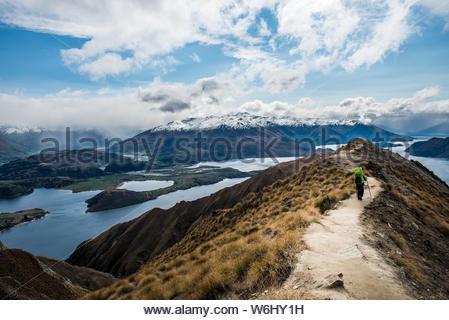 Randonneur sur le chemin près de la montagne enneigée Banque D'Images