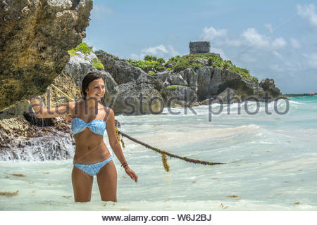 Young woman wading in sea Banque D'Images
