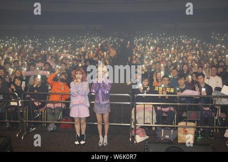 Ahn Ji-young, droite, et Woo Ji-yoon d Bolbbalgan duo sud-coréen4, également connu sous le nom de rougir les jeunes ou Bolppalgan la puberté, posent pour des photos avec les fans du Banque D'Images