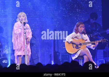 Ahn Ji-young, gauche, et Woo Ji-yoon d Bolbbalgan duo sud-coréen4, également connu sous le nom de rougir les jeunes ou Bolppalgan la puberté, effectuer au cours de la 'Bol4 conc Banque D'Images