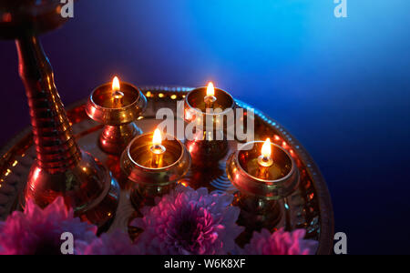 Happy Diwali - lampes à huile allumé pendant la fête du Diwali Banque D'Images