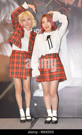 Ahn Ji-young, gauche, et Woo Ji-yoon d Bolbbalgan duo sud-coréen4, également connu sous le nom de rougir les jeunes ou Bolppalgan la puberté, assister à une conférence de presse pour Banque D'Images