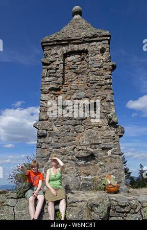 Mère et son fils sur le sommet, Nur Riedelstein, Eck, forêt de Bavière, Bavière, Allemagne Banque D'Images