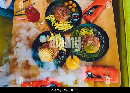 Rouge, vert, noir mini-hamburgers avec le quinoa et les légumes. Banque D'Images