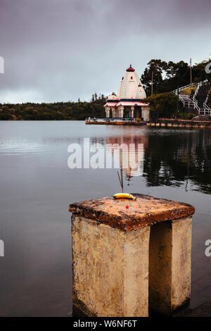 Temple hindou par cratère volcanique lac de Grand Bassin, également connu sous le nom de 'Ganga Talao' ou 'lac' Ganges, Maurice, Afrique du Sud Banque D'Images