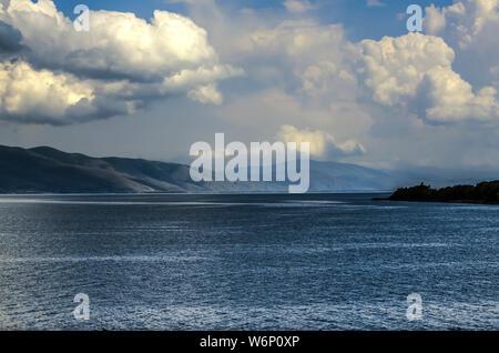 Vue du ciel, par d'énormes nuages venant de la montagne et qui pèsent sur la montagne lac Sevan, situé dans les montagnes de l'Armen Banque D'Images