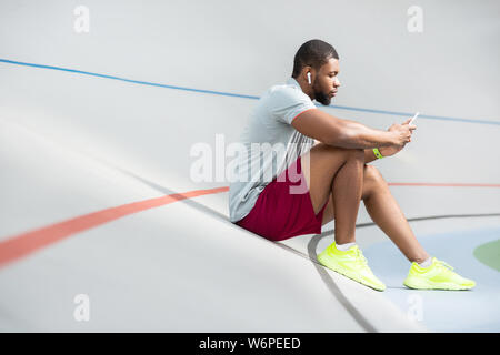 Fit young African American man relaxing après entraînement