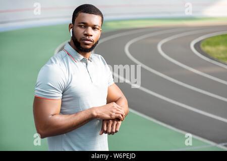 Thoughtful beau jeune sportsman à dans la distance Banque D'Images
