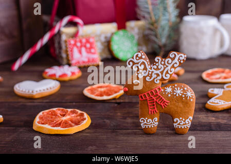Gingerbread cookies faits maison de Noël sur la table en bois. Il peut être utilisé comme arrière-plan