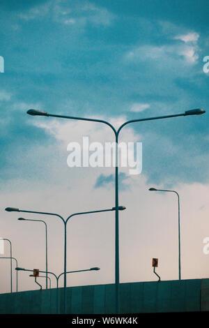 Une rangée de lumières de rue/lampes silhouetted against a blue sky. A mené l'éclairage des routes. Poteaux d'éclairage routier. Un grand nombre de lanternes routier contre le ciel bleu. Meta Banque D'Images