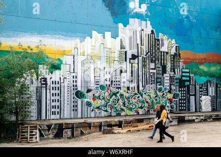 2 femmes en face de street art à Teufelsberg, Berlin Banque D'Images