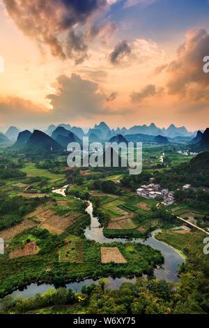 Paysage de montagnes karstiques et de la rivière Li au coucher du soleil, Guilin, Chine Banque D'Images