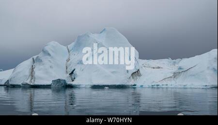 Le réchauffement planétaire et le changement climatique - iceberg géant à partir de la fonte des glaciers à Ilulissat, au Groenland. Imageof arctic nature paysage célèbre pour être lourdement touchés par le réchauffement climatique.